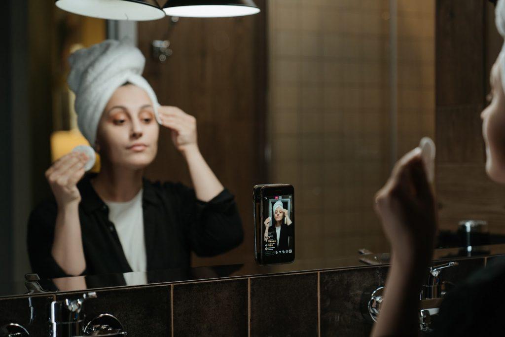 woman-in-front-of-mirror-doing-instagram-live-instagram-bisnis